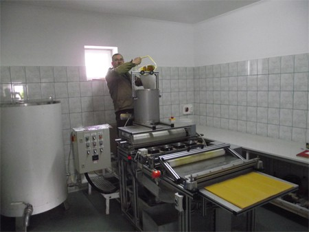 Leskó Zsolt a műlépkészítést mutatja a hengersoron